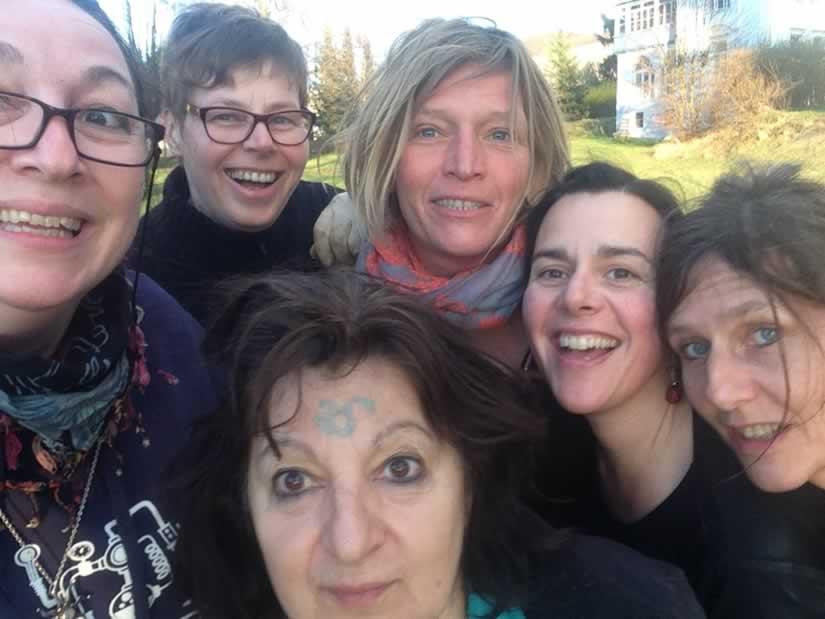 Sechs lachende Frauengesichter.
